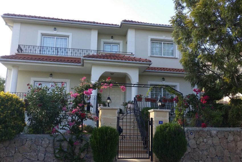Вилла с красивым садом на Северном Кипре.