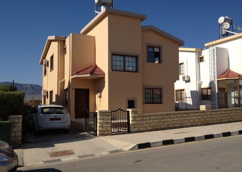 Вилла с тремя спальнями и прекрасным видом на горы расположена всего в 9 километрах от Никосии на Северном Кипре.