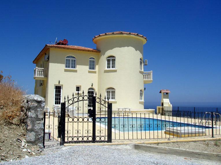 Вилла Чаталкой с прекрасным видом на море и горы на Северном Кипре.