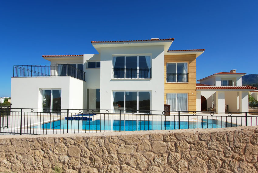 Роскошная вилла с 3 спальнями, расположенная в Карпасии на берегу моря на Северном Кипре.