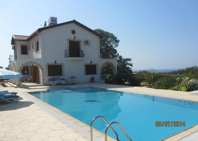 Вилла с теннисным кортом на Северном Кипре.