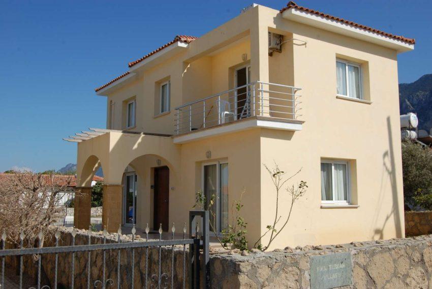 Вилла в пешей доступности от песчаного пляжа имеет великолепный вид на горы на Северном Кипре.
