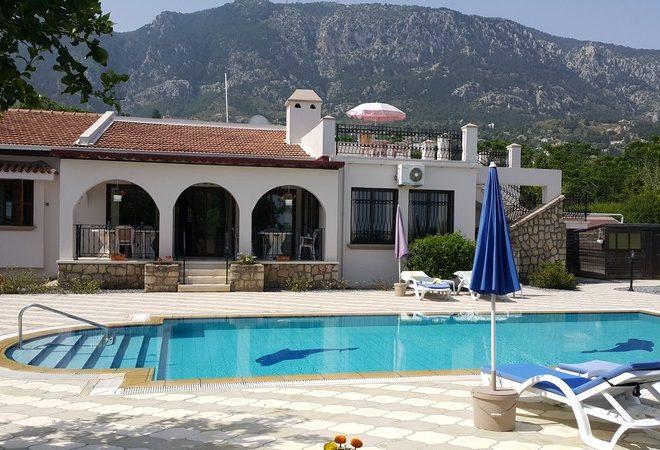 В тихом и спокойном Северного Кипра районе у подножья холма расположено это удивительное бунгало.