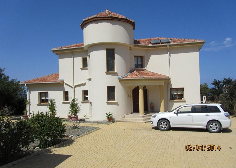 Роскошная вилла с прекрасными садами на Северном Кипре.
