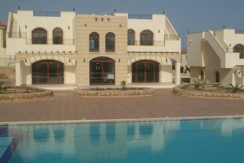Двухуровневые апартаменты с двумя спальными комнатами и современным дизайном на Северном Кипре.