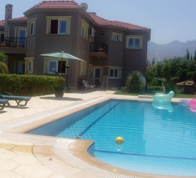 Вилла с 4 спальнями расположена в популярном районе Чаталкой на Северном Кипре.