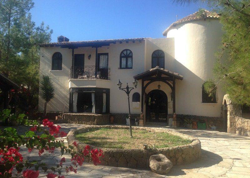 Большая вилла в тихом жилом районе на Северном Кипре.