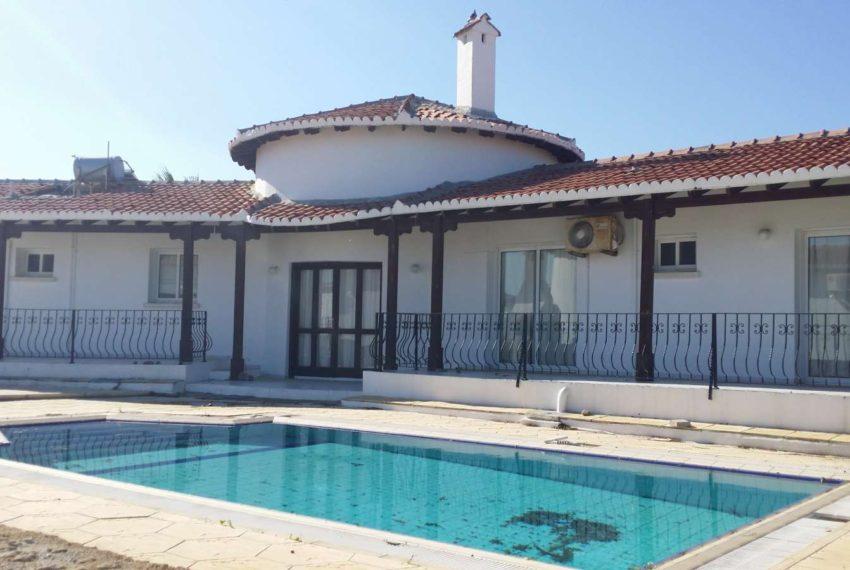 Вилла на Северном Кипре в шаговой доступности от моря.