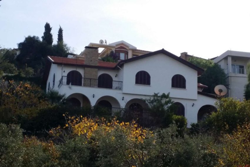 Вилла с ландшафтными садами на Северном Кипре.