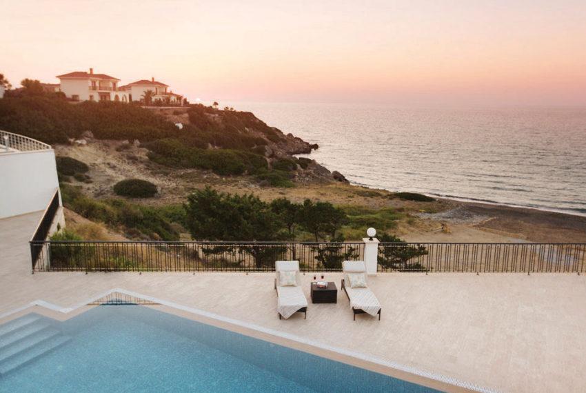 Роскошные виллы по береговой линии на Северном Кипре.
