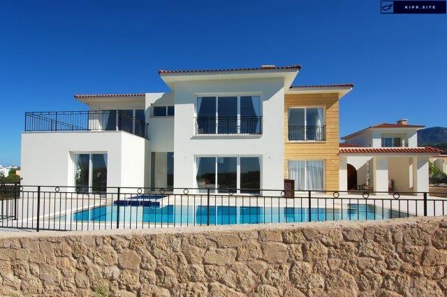 Роскошная вилла с 5 спальнями построена на берегу моря в Карпасии на Северном Кипре.