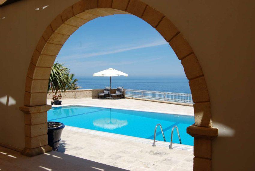 Великолепный дом на первом плане престижной застройки на Северном Кипре.