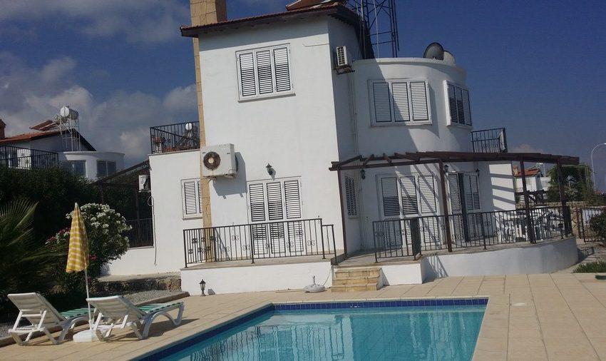 Уникальная возможность купить эту виллу 4 спальнями на берегу моря на Северном Кипре.