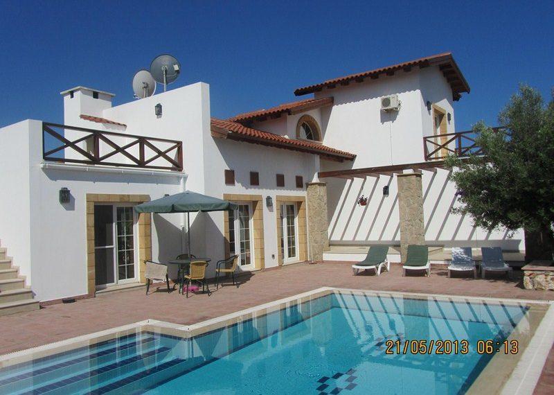 Вилла индивидуальным архитектурным образом на Северном Кипре.